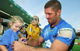 Hodgo with fans on 100th